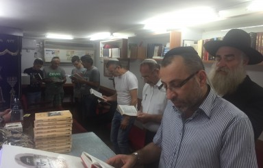 קריאת סליחות בבית הכנסת הקטן בשכונת שרת לוד