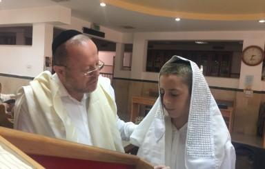 הנחת תפילין ליוסף יצחק מיכאלי הבן של הרב יוחנן מיכאלי